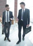 2 работника компании обсуждают вопросы дела Стоковое Фото