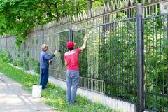 2 работника крася загородку металла Стоковое Фото