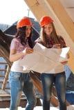 2 работника молодых женщин на крыше Стоковое Изображение RF