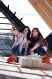 2 работника молодых женщин на крыше Стоковая Фотография