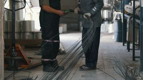2 работника на заводе подкрепления стеклоткани - исследуйте и обсудите проект в фабрике тяжелой индустрии сток-видео