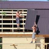 2 работника на пригородной конструкции Стоковые Изображения