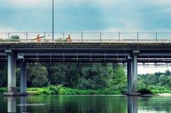 2 работника на современном мосте Стоковые Фото