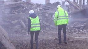 2 работника обслуживания спасения сигнал в зеленых жилетах на руинах после землетрясения сток-видео