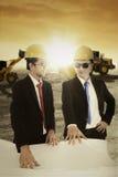 2 работника обсуждая с светокопией outdoors Стоковые Фотографии RF