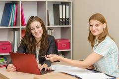 2 работника обсуждая электронный документ в компьтер-книжке Стоковое Фото