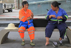2 работника обслуживания отдыхают на стенде внешнем в Чэнду Стоковое Изображение RF
