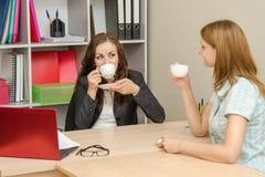 2 работника офиса говорят и выпивают чай Стоковая Фотография