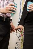 2 работника офиса держа руки Стоковые Изображения RF