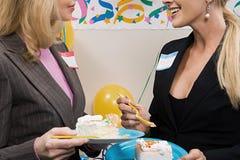 2 работника офиса есть торт Стоковые Фотографии RF