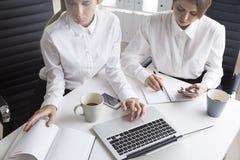 2 работника офиса на одной таблице Стоковые Изображения RF