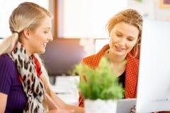 2 работника офиса на столе Стоковые Фотографии RF