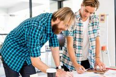 2 работника офиса на столе Стоковая Фотография