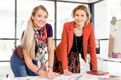 2 работника офиса на столе Стоковое Фото