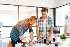 2 работника офиса на столе Стоковое Изображение
