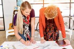 2 работника офиса на столе Стоковые Изображения RF
