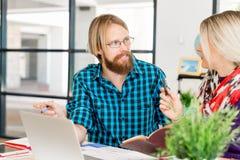 2 работника офиса на столе Стоковое фото RF