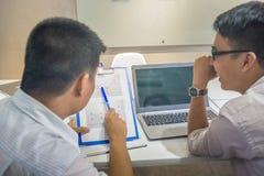 2 работника офиса обсудить об отчете о продажах стоковые изображения