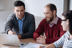 3 работника офиса обсуждая главные задачи Стоковые Фотографии RF