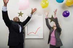 2 работника офиса празднуя Стоковая Фотография RF