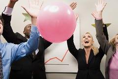 4 работника офиса празднуя Стоковые Изображения
