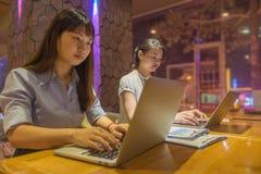 2 работника офиса работая поздно в офисе Стоковое Изображение