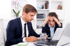 2 работника офиса совершили ошибка Стоковые Изображения RF