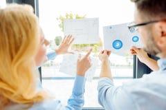 2 работника офиса уча диаграмму Стоковое Фото