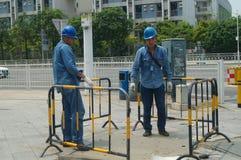 2 работника проверяют дорогу Стоковые Изображения RF