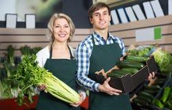 2 работника продавая свежие овощи Стоковые Фото