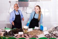 2 работника продавая охлаженных рыб Стоковое Изображение RF