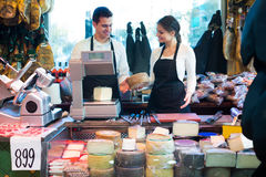 2 работника продавая сыр и сосиски Стоковое Изображение