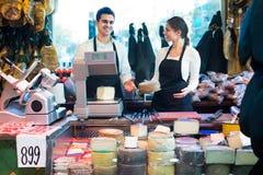 2 работника продавая сыр и сосиски Стоковые Фотографии RF