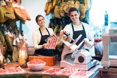 2 работника продавая jamon Стоковое Изображение
