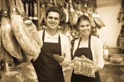 2 работника продавая jamon Стоковые Фото