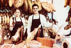 2 работника продавая jamon Стоковые Изображения