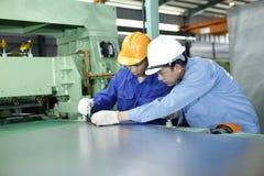 2 работника работают в механически мастерской Стоковое фото RF