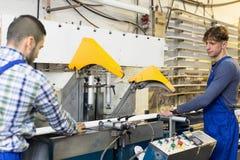 2 работника работая на машине Стоковая Фотография