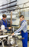 2 работника работая на машине Стоковые Фотографии RF