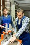 2 работника работая на машине Стоковые Фото