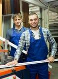 2 работника работая на машине Стоковое Фото