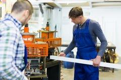 2 работника работая на машине Стоковая Фотография RF