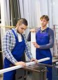2 работника работая на машине Стоковое Изображение RF