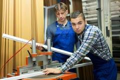 2 работника работая на машине Стоковые Изображения