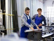 2 работника работая на машине Стоковое фото RF
