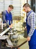 2 работника работая на машине Стоковые Изображения RF