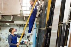 2 работника работая с профилем PVC Стоковое Изображение