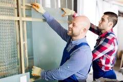 2 работника работая с стеклом Стоковые Фотографии RF