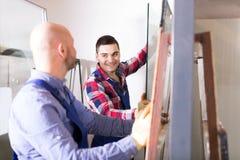 2 работника работая с стеклом Стоковая Фотография RF