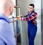 2 работника работая с стеклом Стоковые Изображения RF